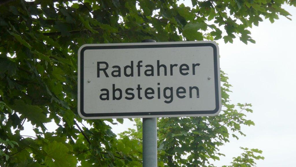 Verkehrsschild Radfahrer absteigen