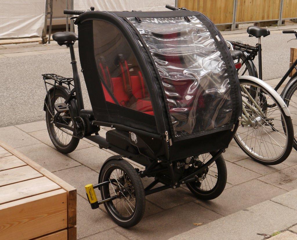 Trike Lastenfahrrad mit Kindersitzen und Schutzplane