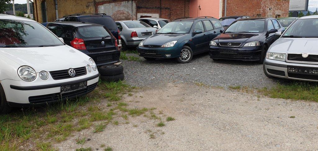 Betriebshof eines wilden Gebrauchtwagenhändlers