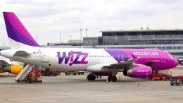 Wizz Air Flugzeug auf dem Vorfeld des Hamburger Flughafens