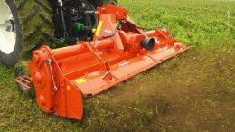 Mulcher hinter einem Traktor