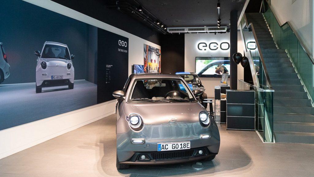 Blick in den Hamburger e.GO Brandstore mit E-Auto