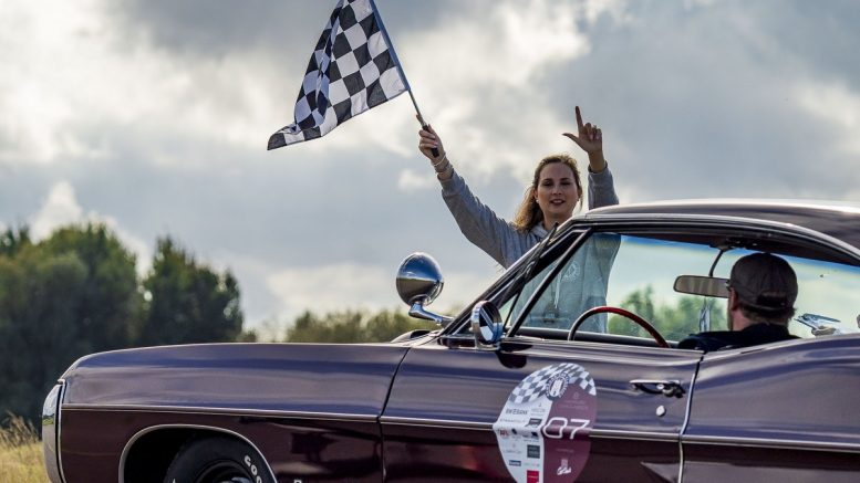 Frau mit Startflagge