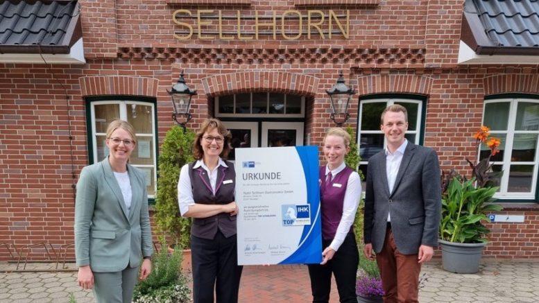 Teamfoto mit Urkunde vor dem Ringhotel Sellhorn in Hanstedt