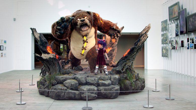 Annie Tibber als Statue