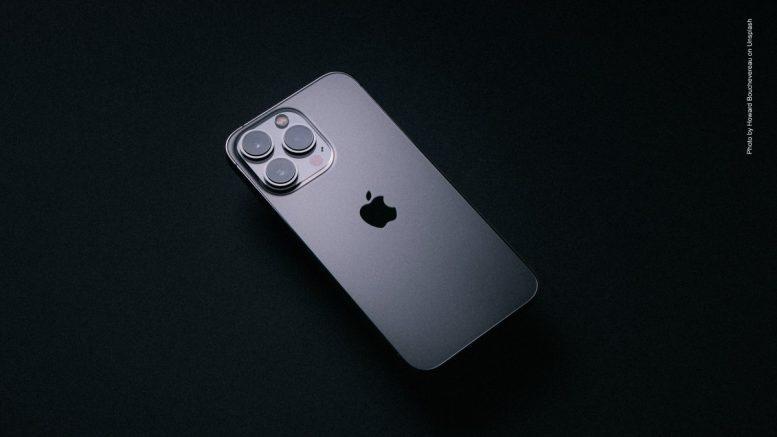Silbernes iPhone auf schwarzem Grund