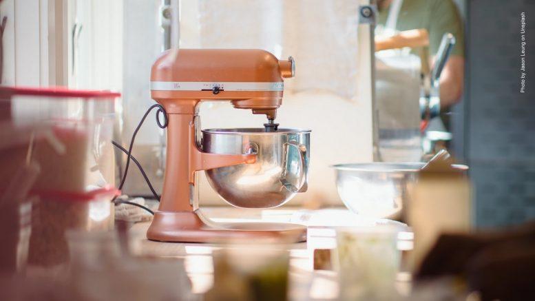 Küchenmaschine in rosa in einer Küche