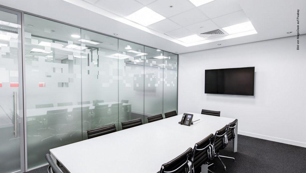 Meetingroom mit weißem Besprechungstisch