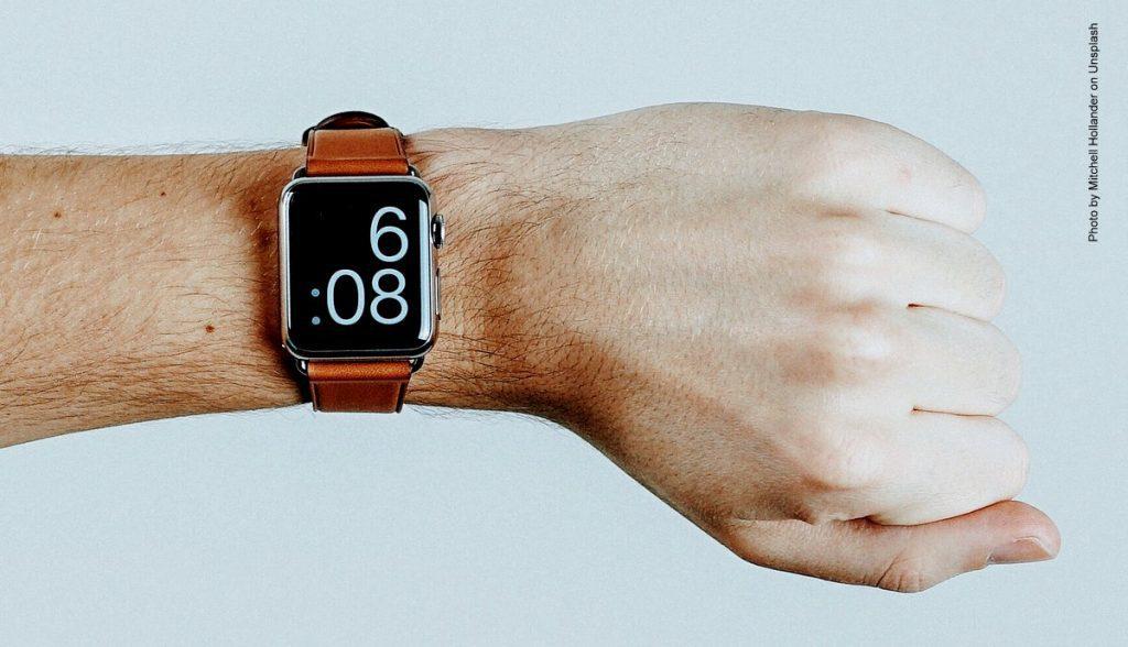 Digitale Armband am Handgelenk eines Mannes