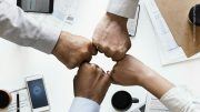 vier Fäuste sagen Zusammenarbeit