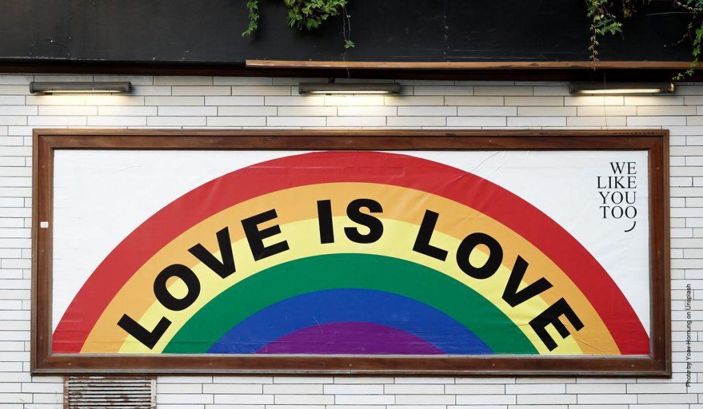 Plakat Love is Love für queere Liebe