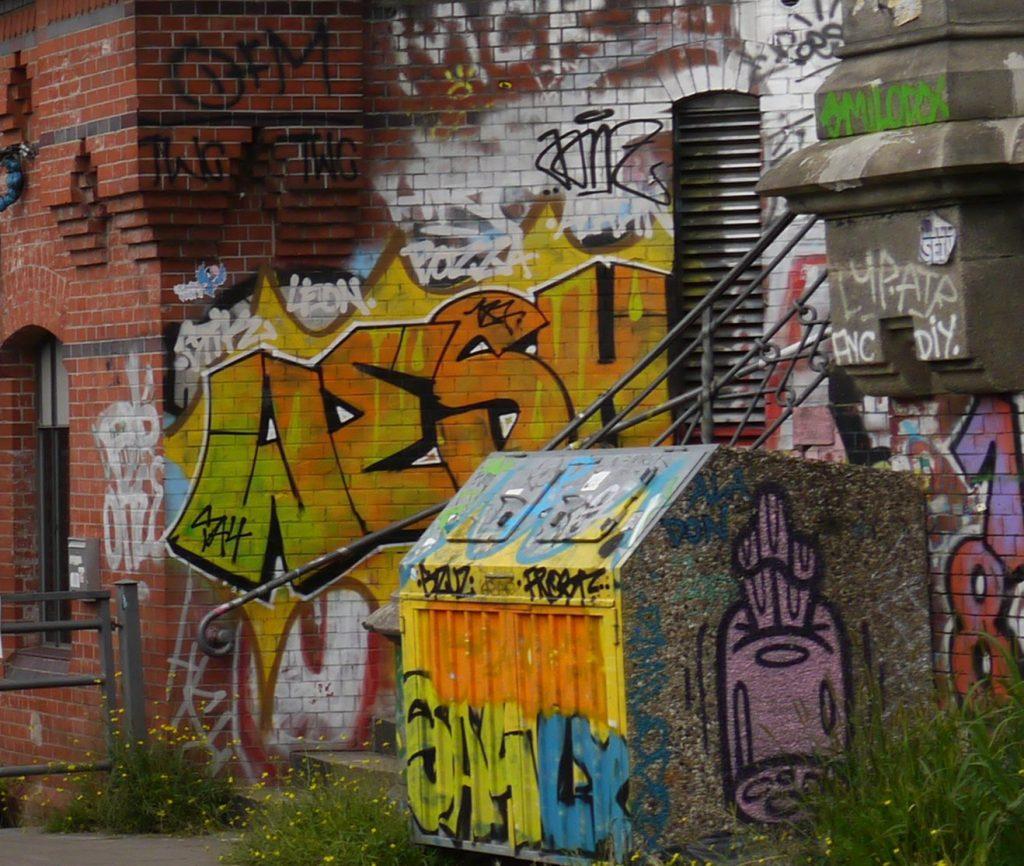 Häuserwand mit Graffiti