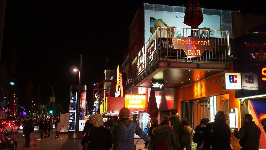 Nachtszene auf der Reeperbahn in Hamburg St. Pauli mit Passanten