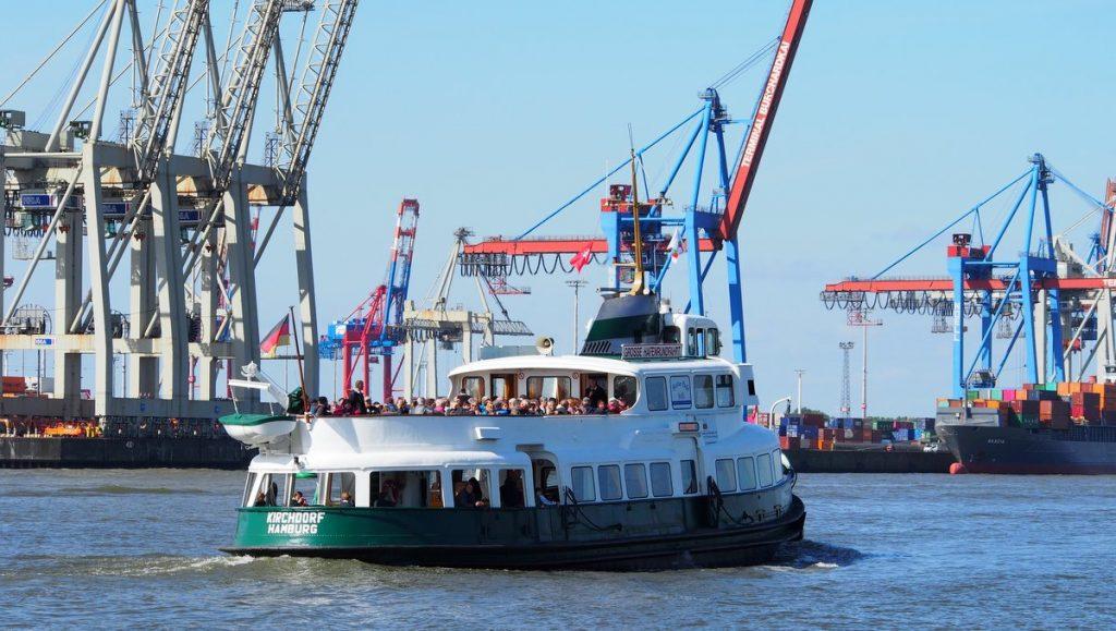 Hafenrundfahrtschiff im Hamburger Hafen vor Containerterminal