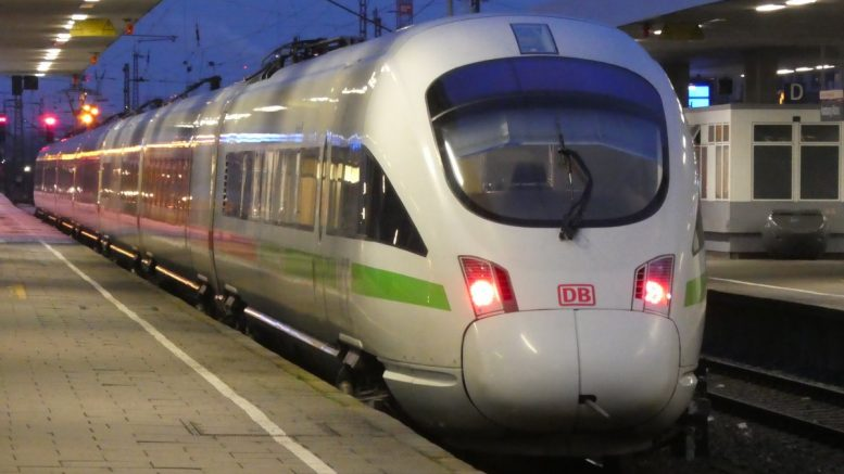 abfahrbereiter ICE im Altonaer Bahnhof Hamburg