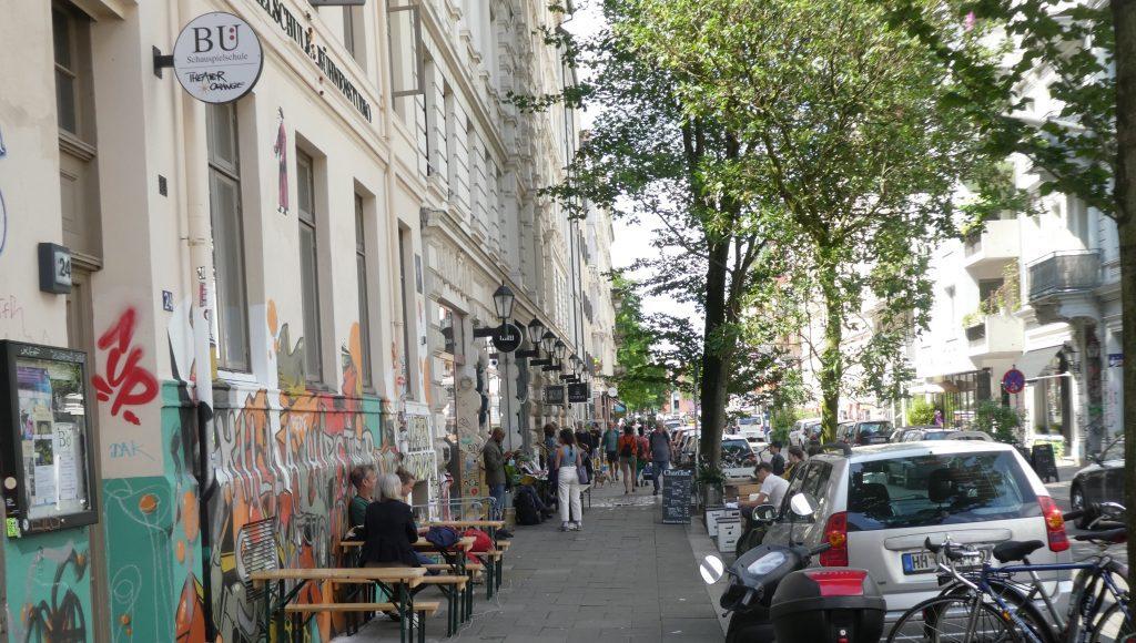 Straßenleben auf der Marktstrasse im Hamburger Karolienviertel