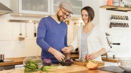Sarah Schocke & Alexander Döll in einer Küche beim Kochen