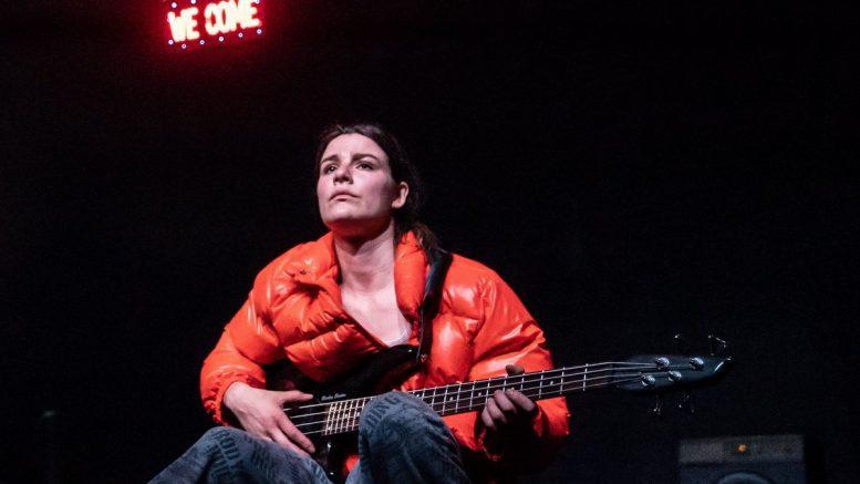 Die Schauspielering Maike Knirsch auf der Bühne
