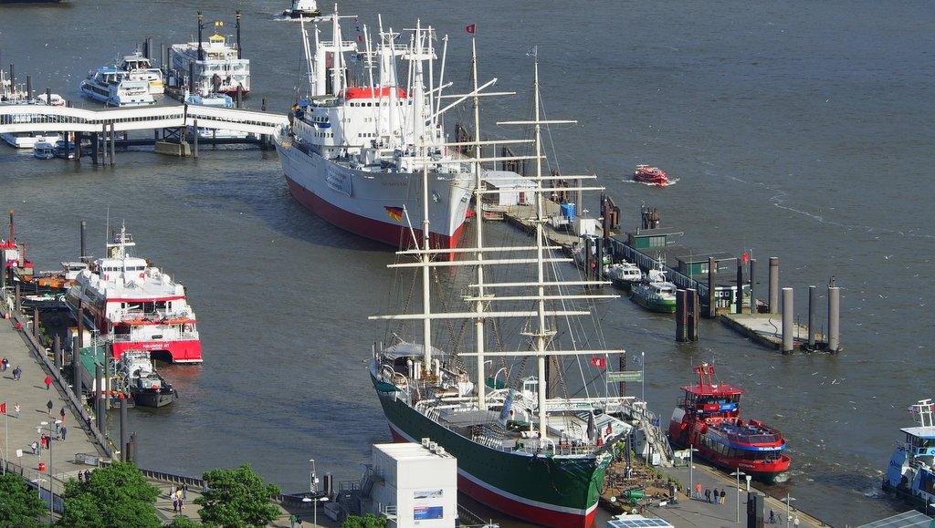 Das Museumsschiff Rickmer Rickmers im Hamburger Hafen am Kai