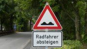 Straßenschild Radfahrer absteigen