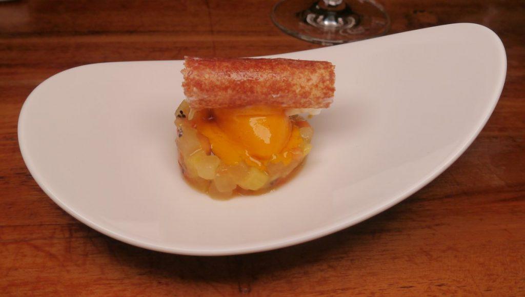 Dessert auf weißem Teller