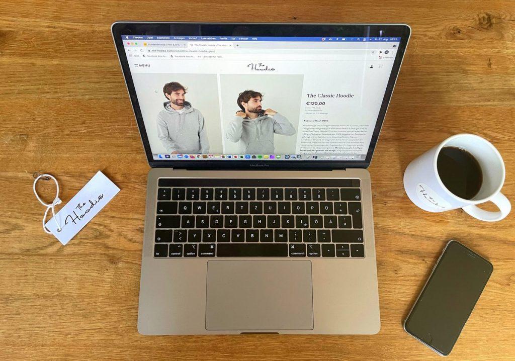 Schreibisch mit Laptop, Smartphone und Kaffeetasse