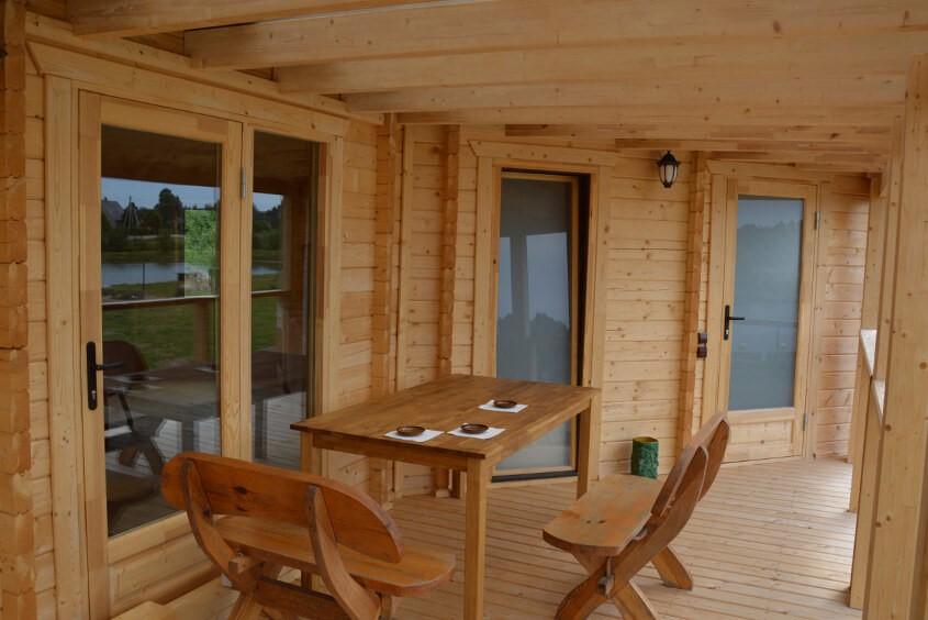 Terasse eines Gartenhauses aus Holz