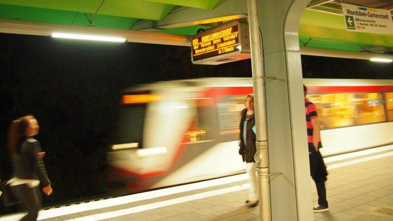 Ein U-Bahnzug fährt in den Bahnhof Wandsbek Gartenstadt