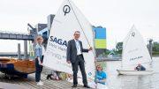 Gruppenbild mit Optimist Segelbooten auf einem Bootssteg
