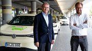Pole Position für E-Taxis am Hamburger Flughafen mit Michael Eggenschwiler und Anjes Tjarks eröffnen symbolisch die Pole Postion für E-Taxis in den Wartezonen des Hamburger Flughafens