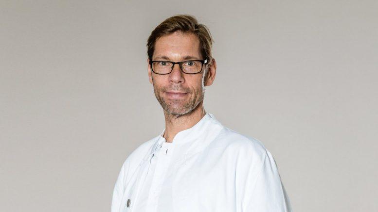 Der Oberarzt Matthias Wolff Oberarzt im Krankenhaus Tabea im Arztkittel