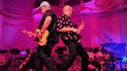 Zwei Gitarristen spielen Schulter an Schulter