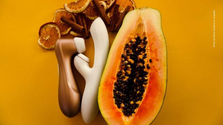 Erotisches Fotostilleben, Mango mit Erotic Toys und Zitronenscheiben