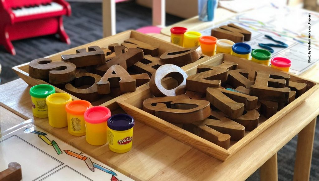 Holzbuchstaben mit Farbe