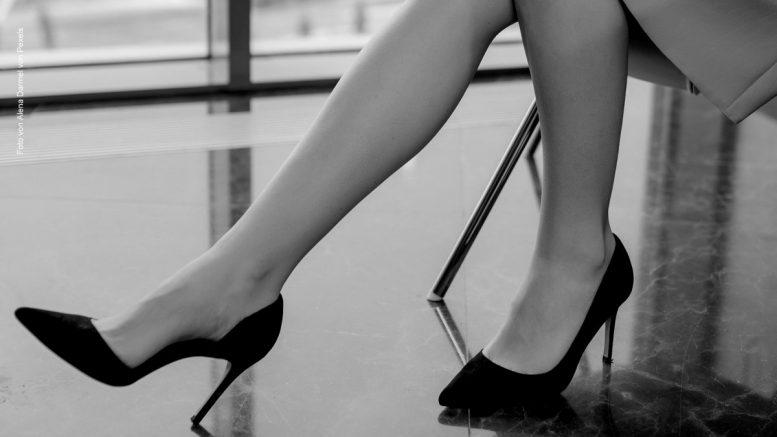 Eine Escort Dame vor einem Date in einer Hotellobby - Symbolfoto
