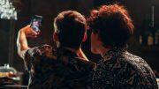 Ein schwules Paar in einer Bar macht ein Selfie