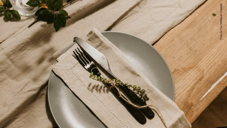 Tischdeko ein Teller Ton in Ton