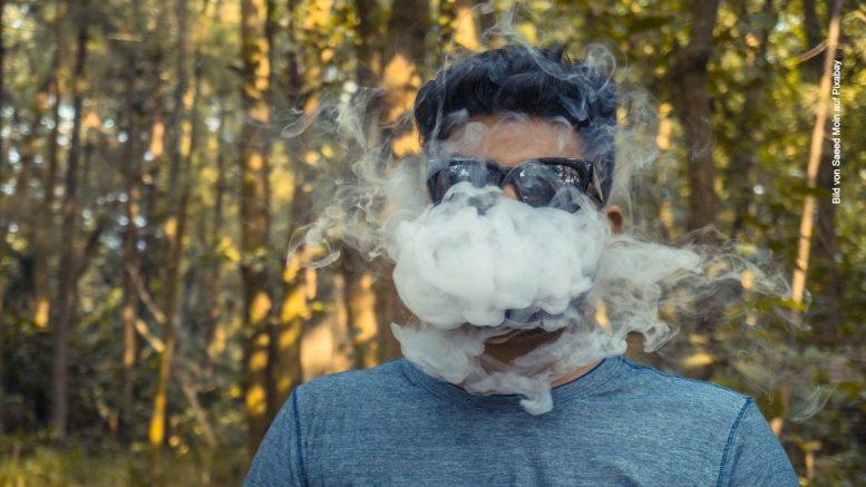 Man raucht E-Zigarette mit viel Dampf