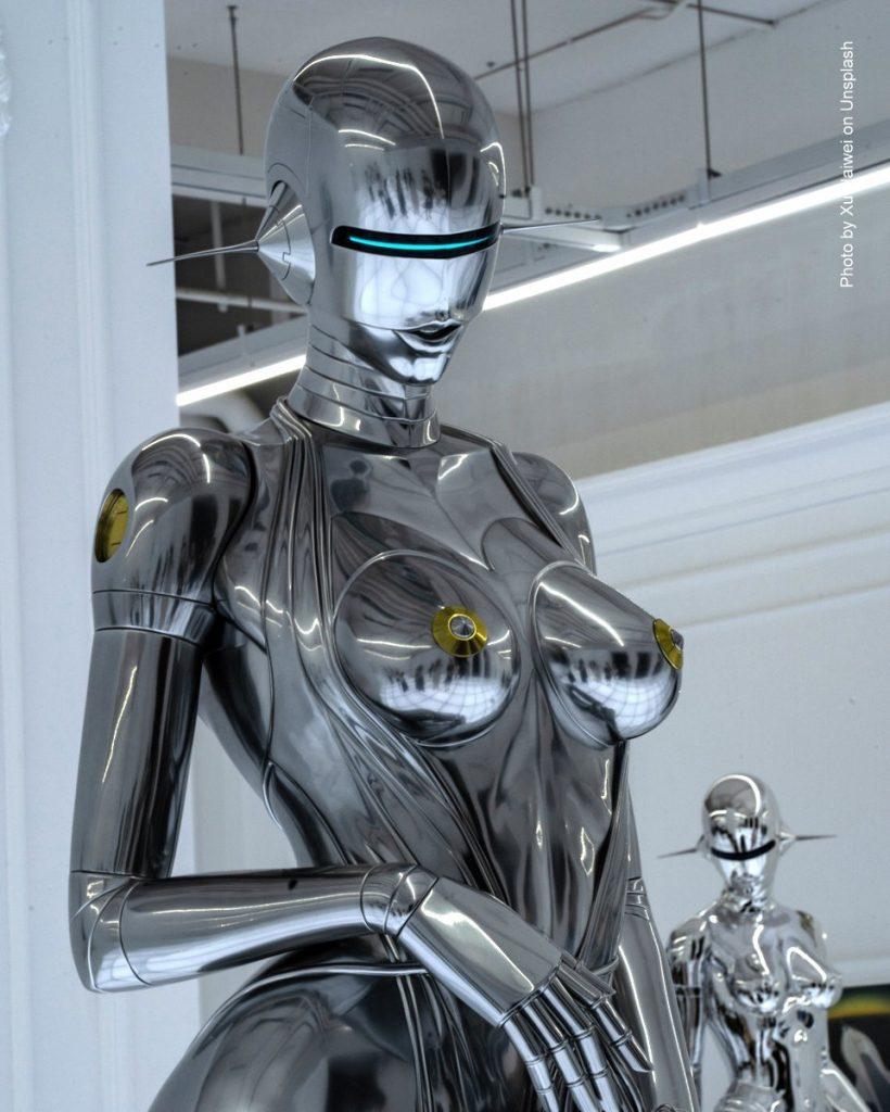 Metallglänzender Roboter, Kunstobjekt, als Frau geformt