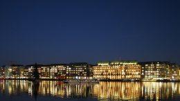 Alsterdampfer in der Nacht auf der Binnenalster in Hamburg. Die Lichter spiegeln sich im Wasser