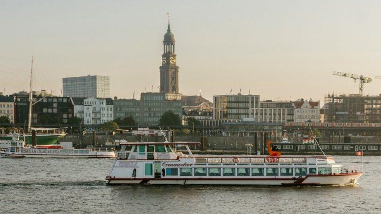Die MS Commodore auf der Elbe im Hintergrund der Hamburger Michel
