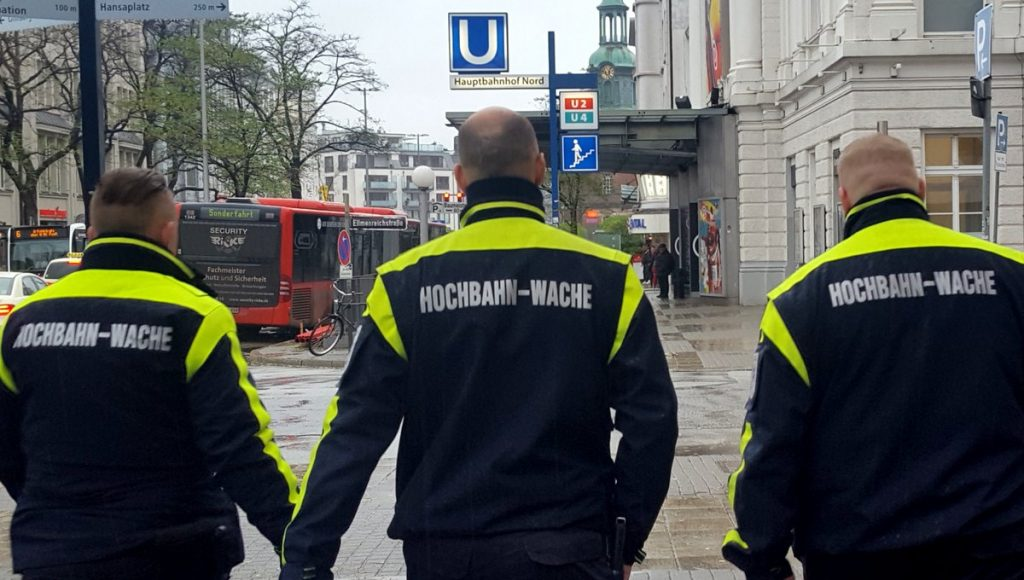 Drei Männer von der Hamburger Hochbahnwache am Hauptbahnhof