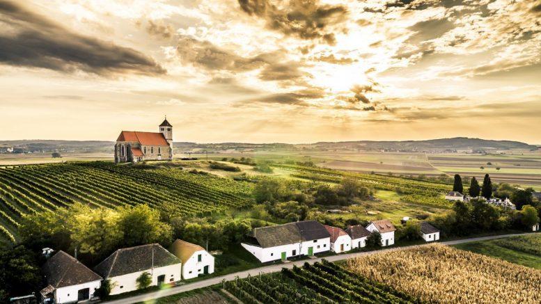 Landschaftsaufnahme mit dramatischen Wolken und Sonne Kellergasse Wartberg Niederösterreich