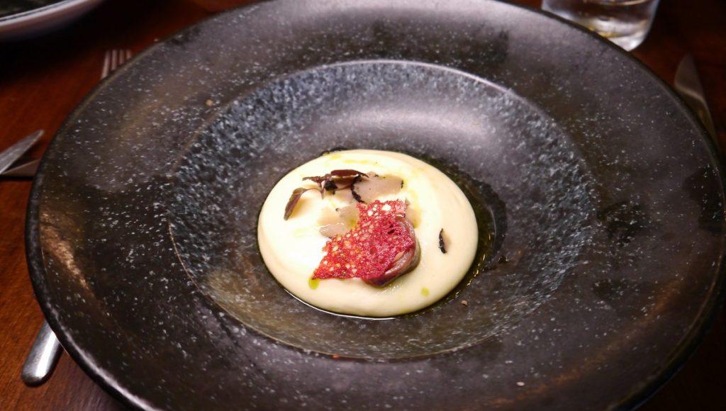 Mousse de Patata auf einem dunklen Teller