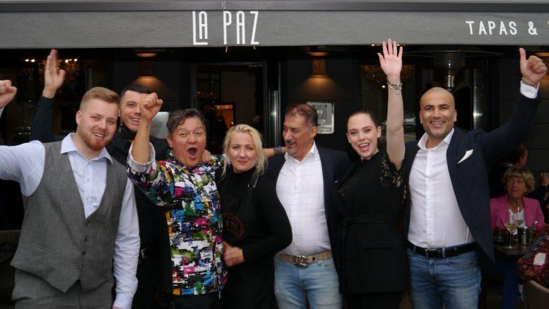 Das La Paz Team vor dem Restaurant