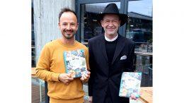 Die Kochbuchautoren Thomas Sampl und Jens Meckleburg halten ihr Kochbuch