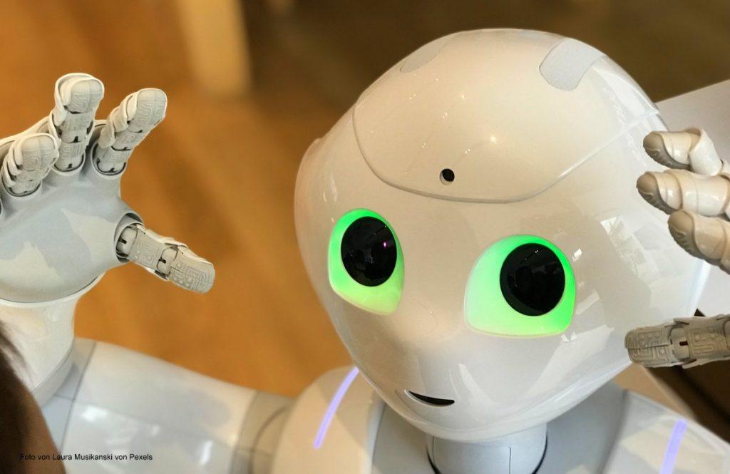 Detailaufnahme von einem weiße Roboter mit Gesicht